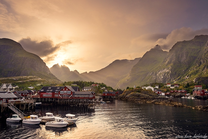 harbour, fischer hut, rorbuers, ocean, golden hour, sunbeams, sunset, rugged, mountains, norway, 2017, photo